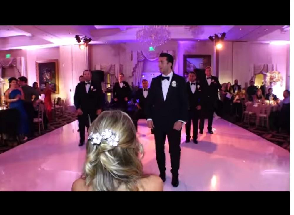 Este novio ve que sorpresa le da  a su novia en la boda