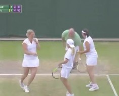 da-consejos-a-las-tenistas-desde-tribuna-en-wimbledon-le-ponen-una-falda-y-lo-hacen-jugar-al-tenis-240p-tn