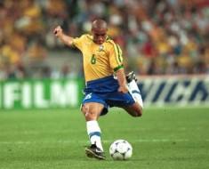 Brasileño-Roberto-Carlos-quiso-meter-gol-y-casi-mata-a-rival